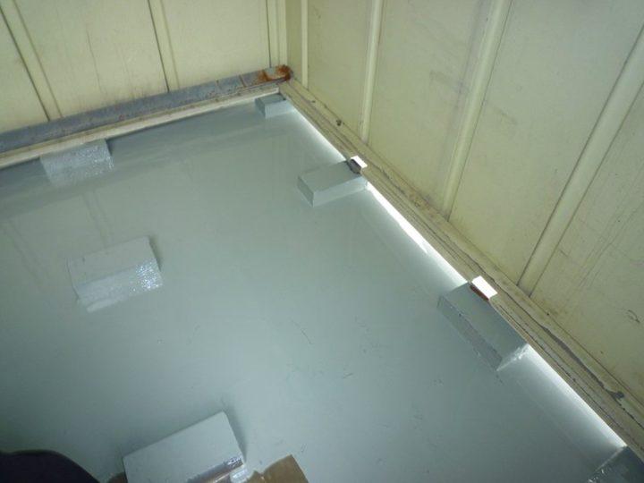 屋上物置 ウレタン材塗布(中塗り)