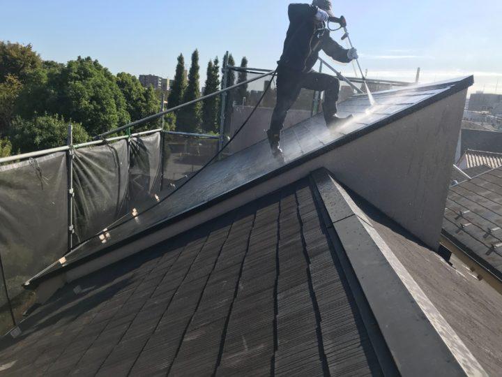 屋根:高圧水洗浄作業