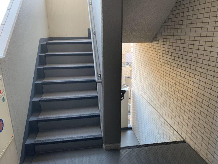 東京都国立市 マンション(2〜11F)階段長尺シート貼替工事