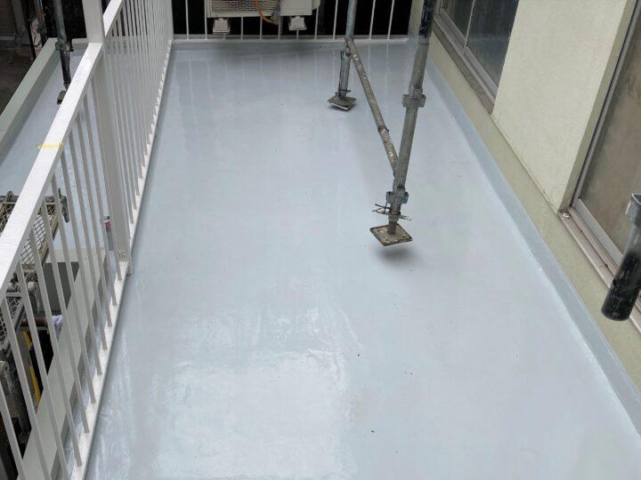 バルコニー防水:1層目、2層目トップコート塗布